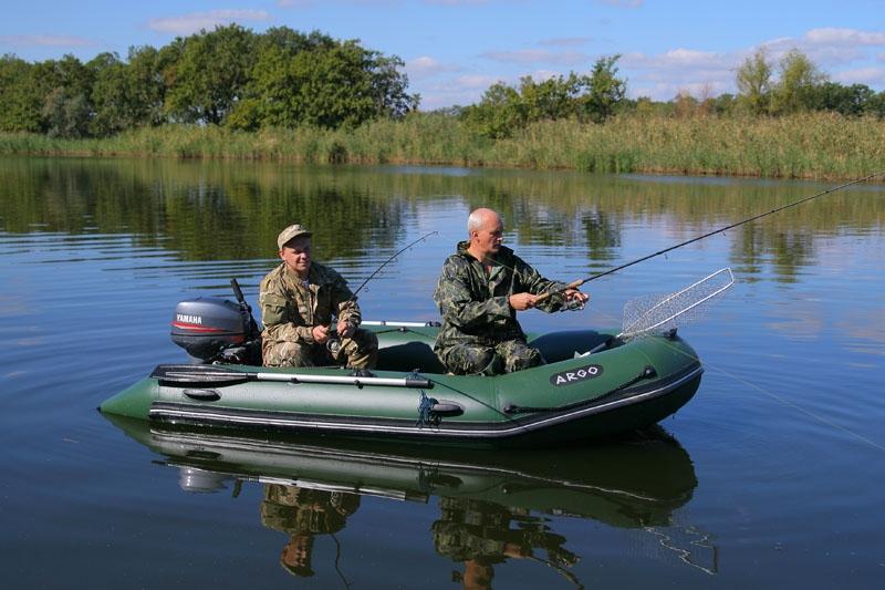 рыбак на лодке пвх